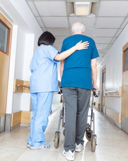 marche déambulateur Infirmière et résident EHPAD