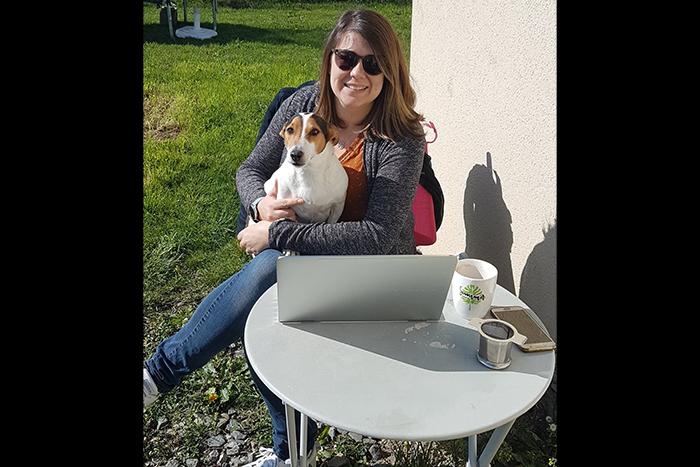 Aurélie, Chargée de Communication et Webmarketing, avec notre collègue à 4 pattes, Gipsy !